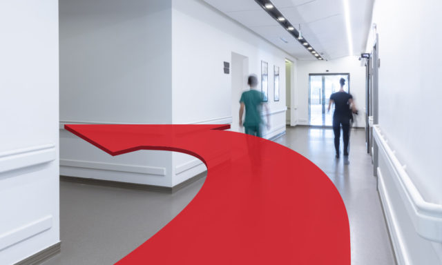 everbridge digital wayfinding technology hospital healthcare arrow in hallway